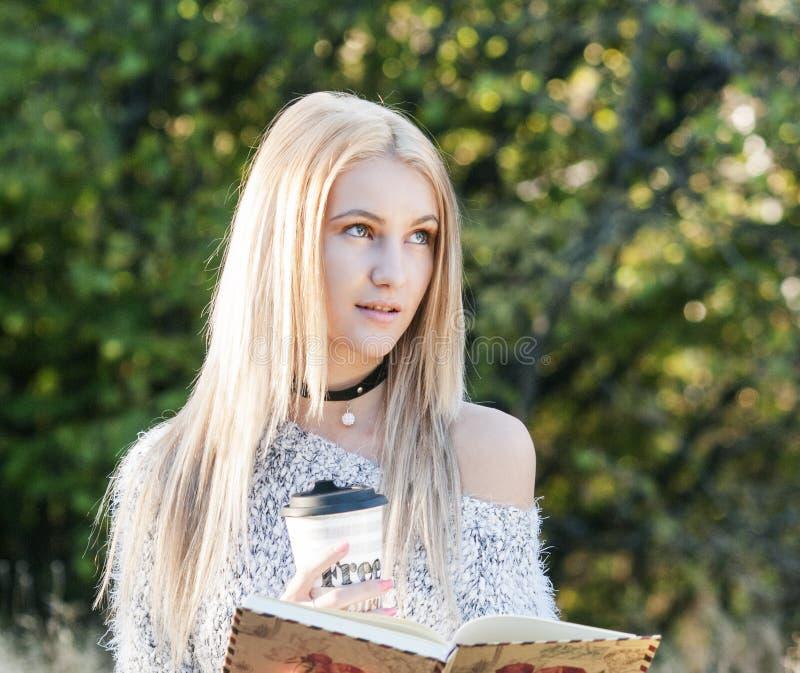 Conceito da queda - café bebendo da mulher do outono imagens de stock royalty free