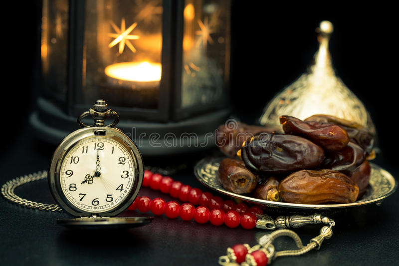 Conceito da ramadã com datas, relógio de bolso, rosário e lanterna fotos de stock royalty free