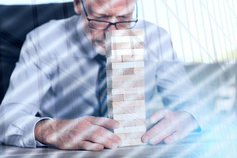 Conceito da realização com torre do dominó, exposição dobro imagens de stock