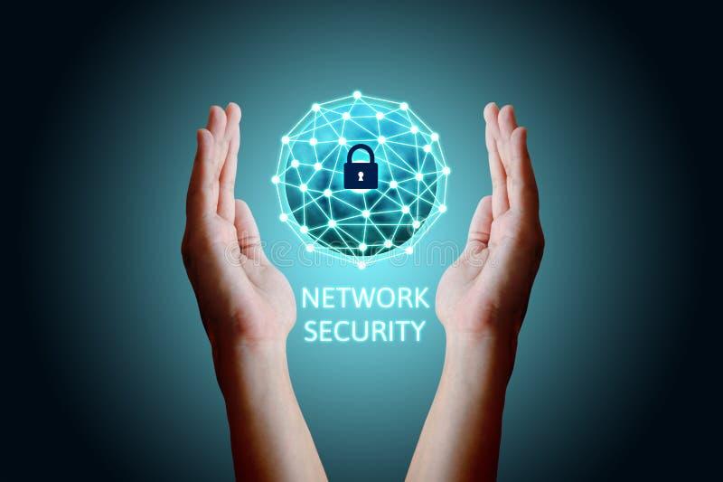 Conceito da rede da segurança do Cyber, homem asiático novo que guarda n global