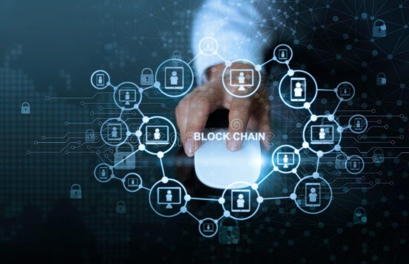 Conceito da rede da tecnologia de Blockchain Computador do rato do clique do homem de negócios com o cryptocurrency do ícone do m imagens de stock