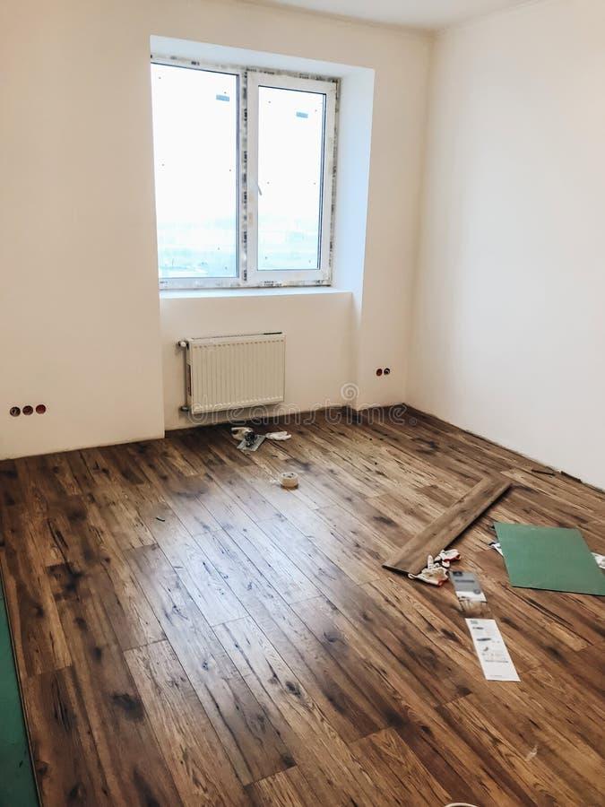 Conceito da renovação do assoalho da sala instalati estratificado de madeira à moda fotos de stock