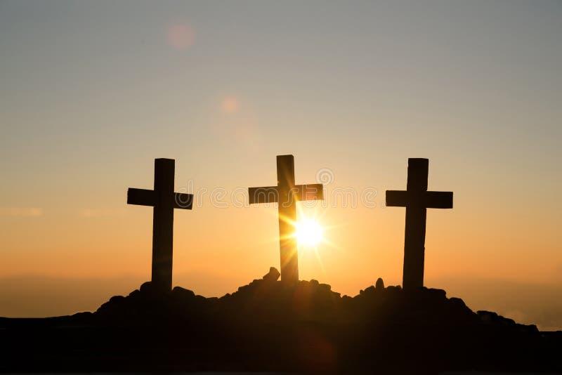 Conceito da ressurrei??o: Crucifica??o de Jesus Christ Cross At Sunset fotografia de stock royalty free