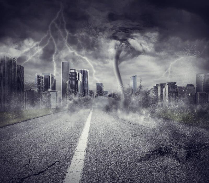 Conceito da retirada com tempestade em uma cidade fotografia de stock royalty free