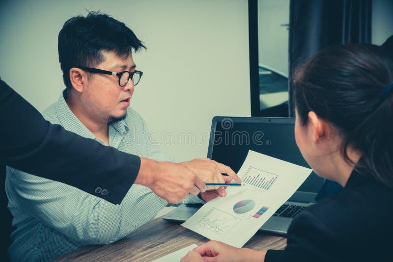 Conceito da reunião asiática dos trabalhos de equipe da diversidade da partida Processo dos trabalhos de equipe no escritório det foto de stock royalty free