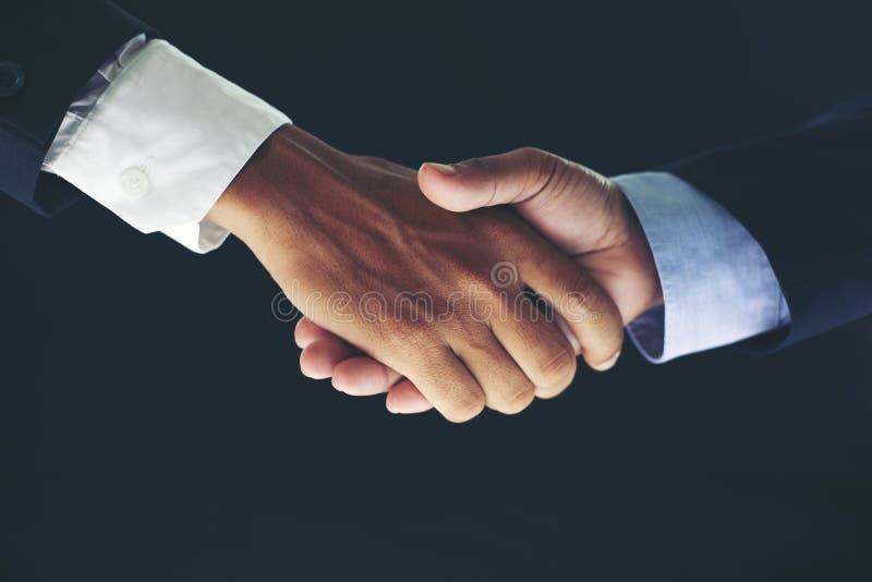 Conceito da reunião da parceria do negócio e aperto de mão do negócio para foto de stock royalty free