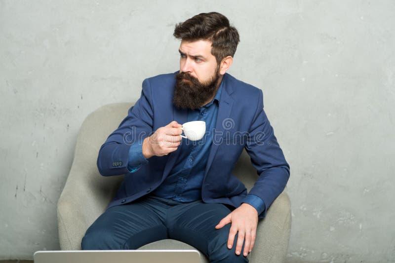Conceito da ruptura de caf? Ilustra??o do JPG + do vetor O melhor caf? serviu para ele Gerente pensativo atrativo no humor pensat imagens de stock royalty free