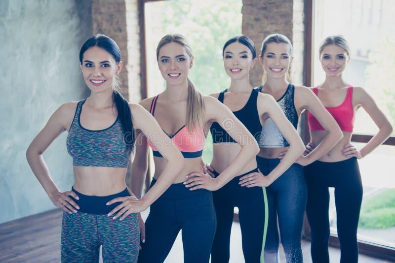 Conceito da saúde da afiliação étnica e da beleza Cinco amigas na forma imagens de stock royalty free