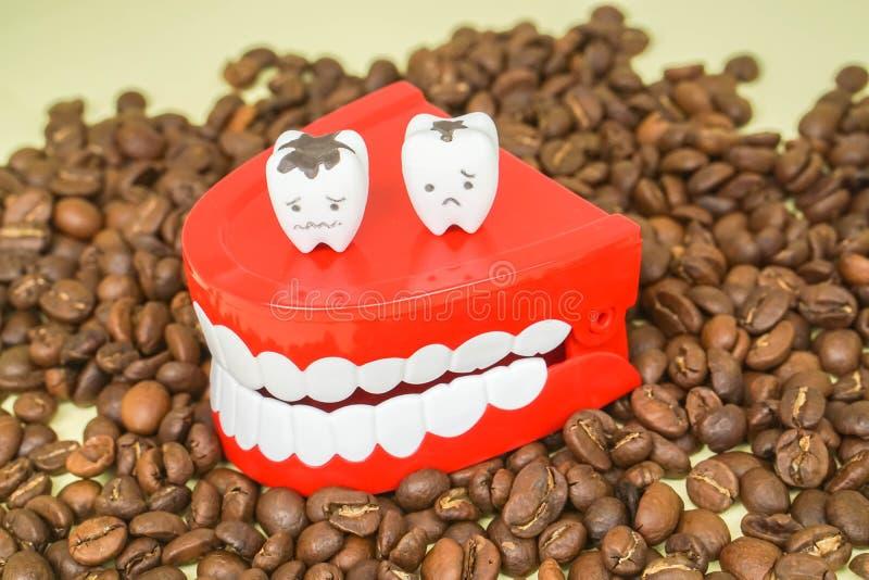 Conceito da saúde - a cafeína do café bebendo conduz para flagelar e deteriorar aos dentes fotografia de stock