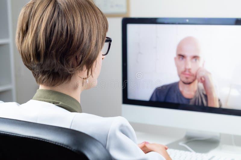 Conceito da saúde de Digitas: médico praticando que tem o meeti em linha imagem de stock