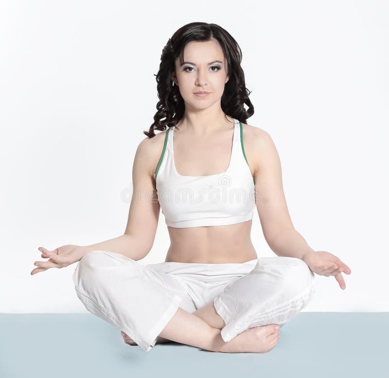 Conceito da saúde, do esporte e da beleza - mulher desportiva no roupa interior do algodão que faz exercícios imagens de stock