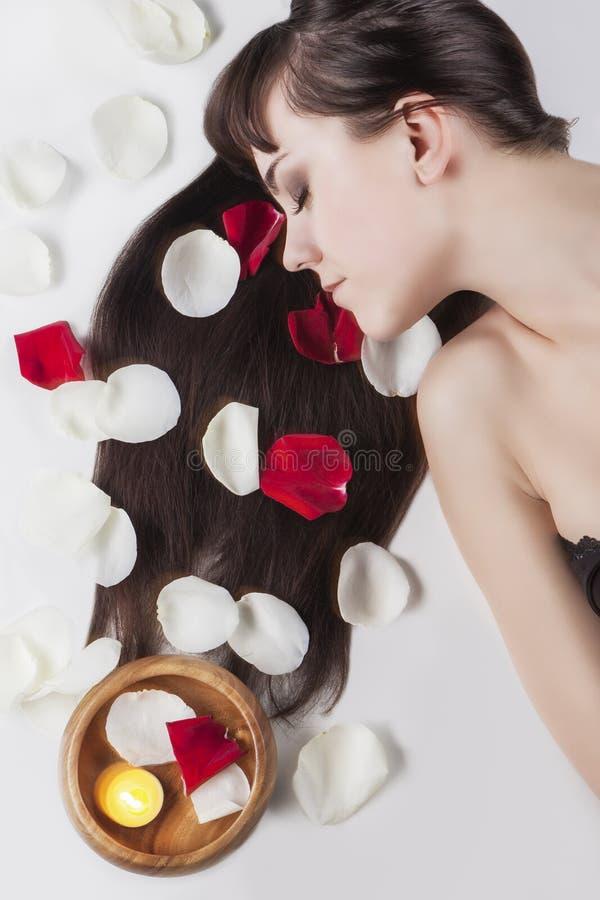 Conceito da saúde e da beleza: Retrato de relaxar a fêmea caucasiano imagens de stock