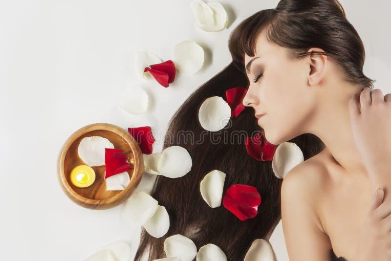 Conceito da saúde e da beleza: Retrato de relaxar a fêmea caucasiano fotos de stock royalty free
