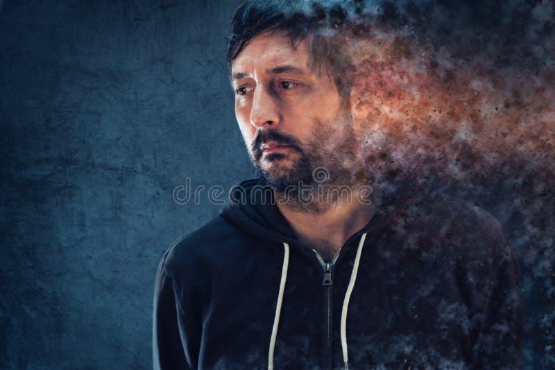 Conceito da saúde mental com o homem depressivo que dissolve-se imagem de stock