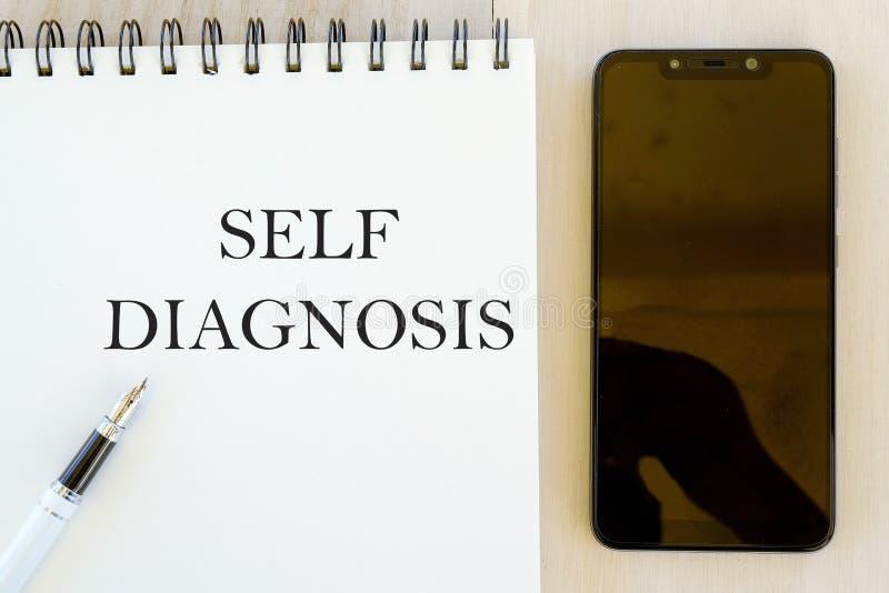 Conceito da saúde Vista superior do telefone celular, da pena e do caderno escritos com autodiagnóstico ilustração royalty free
