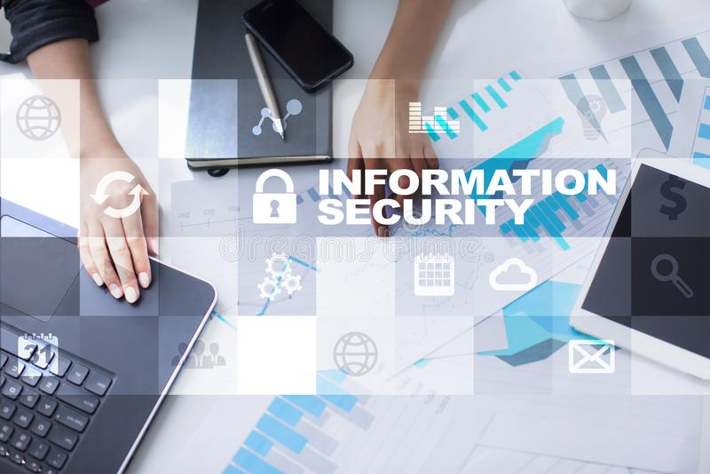 Conceito da segurança da informação e da proteção de dados na tela virtual fotos de stock royalty free