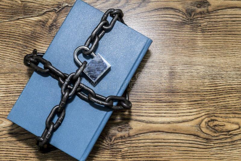 Conceito da segurança da informação, livro com corrente e cadeado foto de stock royalty free
