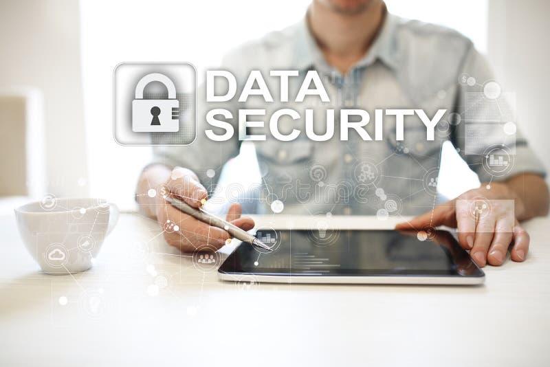 Conceito da segurança da proteção de dados e do cyber na tela virtual imagem de stock royalty free