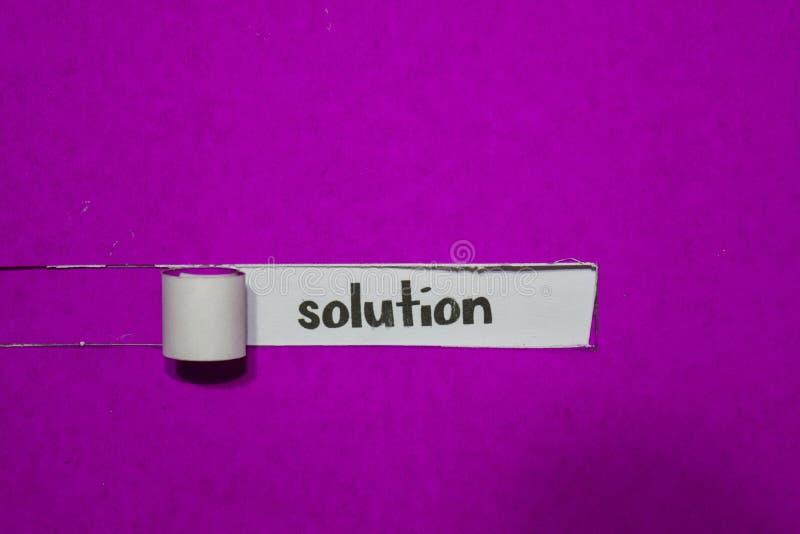 Conceito da solução, da inspiração, da motivação e do negócio no papel rasgado roxo imagens de stock