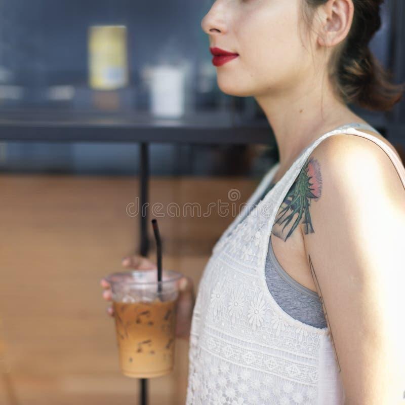 Conceito da tatuagem do abrandamento da bebida de Coffeeshop da mulher imagem de stock