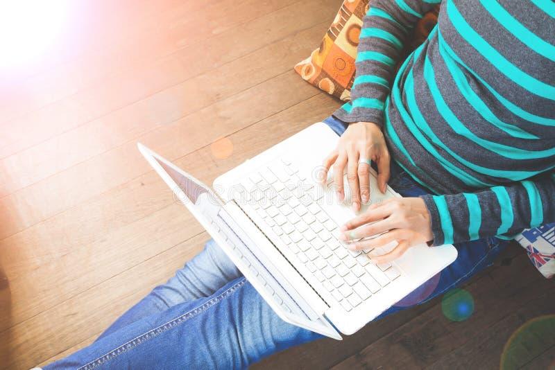 Conceito da tecnologia, da compra, da operação bancária, da casa e do estilo de vida - próximo acima da fêmea com laptop imagens de stock