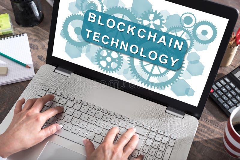 Conceito da tecnologia de Blockchain em uma tela do portátil foto de stock