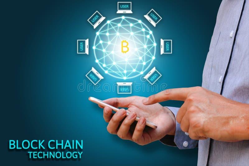 Conceito da tecnologia de Blockchain, homem de negócios que mantém o smartphone foto de stock royalty free