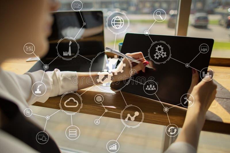 Conceito da tecnologia do Internet do negócio do diagrama da integração de dados e da automatização de processo na tela virtual fotografia de stock royalty free