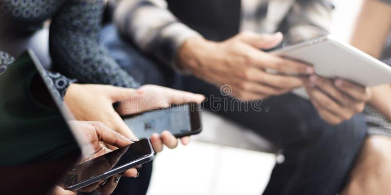 Conceito da tecnologia do telefone celular da tabuleta de Wating Digital dos povos imagem de stock
