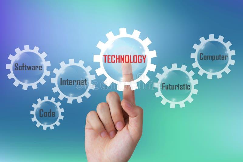 Conceito da tecnologia, homem de negócios que empurra o diagrama da tecnologia em um tela táctil imaginário fotos de stock royalty free