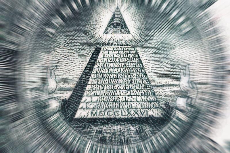 Conceito da teoria de conspiração Todo o olho e pirâmide de vista na cédula do dólar dos EUA, foto macro imagem de stock