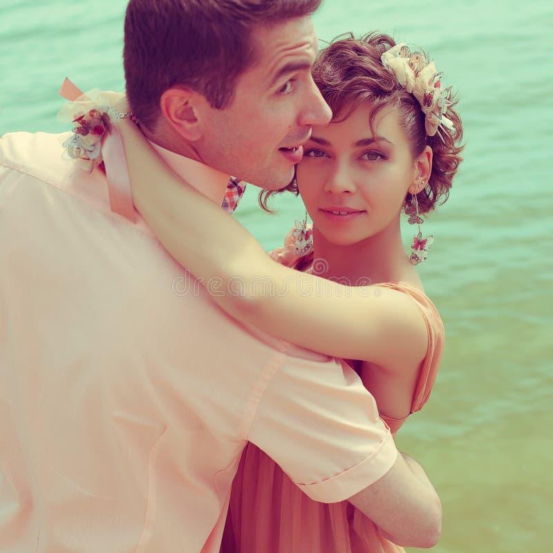 Conceito da união feliz Retrato de um par de beijo bonito o foto de stock royalty free
