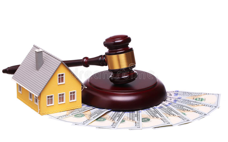 Conceito da venda da casa com martelo e dinheiro foto de stock