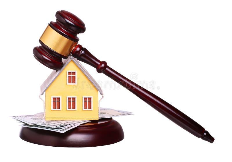Conceito da venda da casa com o martelo e o dinheiro isolados fotografia de stock