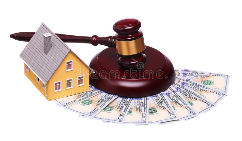 Conceito da venda da casa com o martelo e o dinheiro isolados imagens de stock