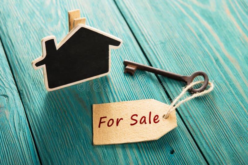 Conceito da venda dos bens imobiliários - chave velha com ` da etiqueta para o ` da venda fotografia de stock
