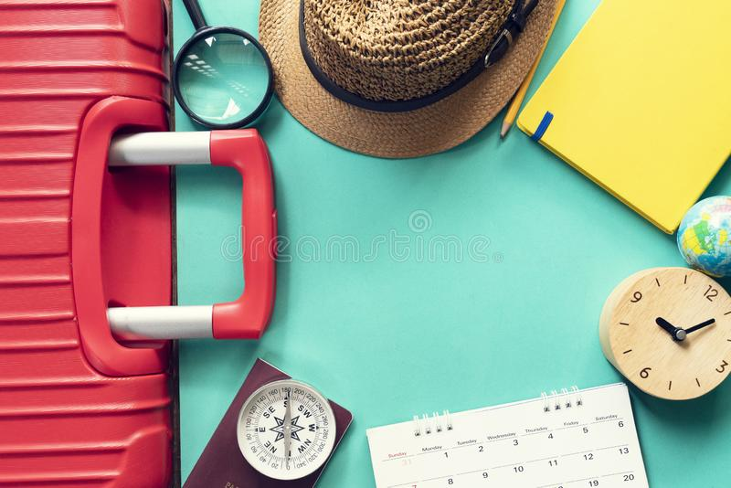 Conceito da viagem das férias do curso e mala de viagem ou bagagem longa do fim de semana, passaporte e calendário fotografia de stock