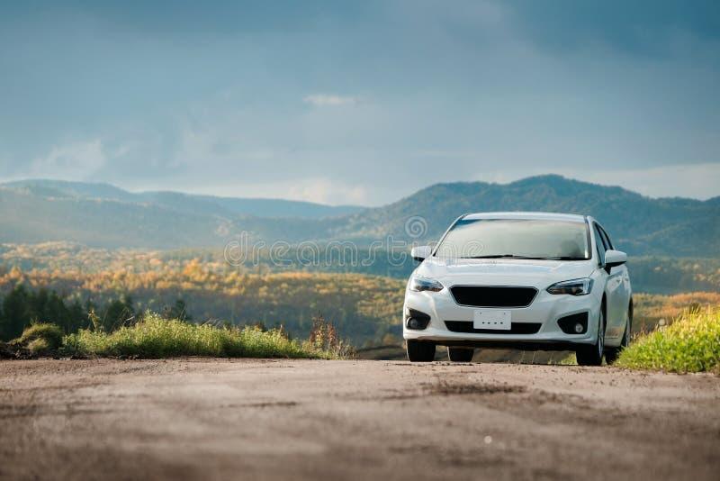 Conceito da viagem por estrada, conduzindo o carro na queda e no Autumn Season, Beauti imagens de stock