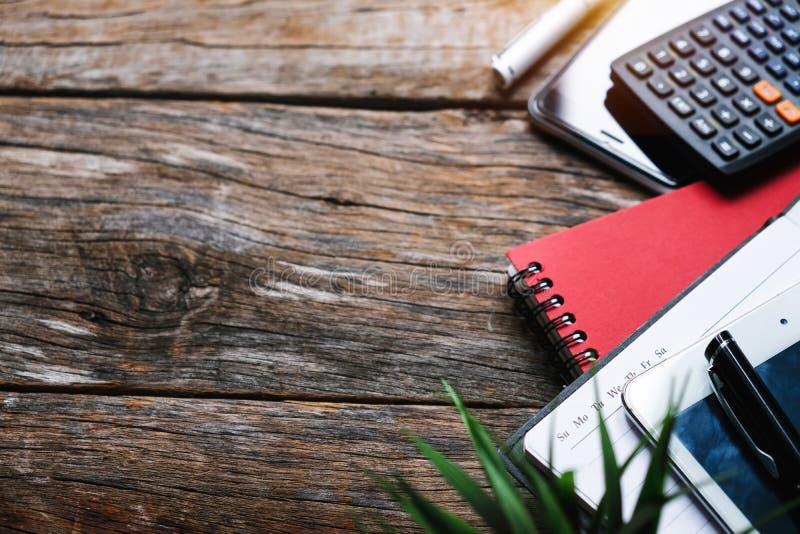 Conceito da vista superior com agenda, telefone celular, tabuleta e calculadora imagem de stock royalty free