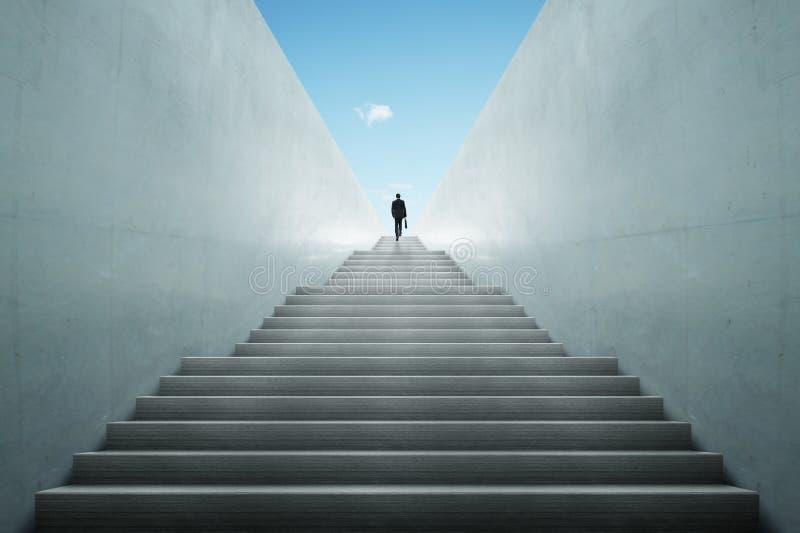 Conceito das ambições com as escadas de escalada do homem de negócios fotografia de stock royalty free