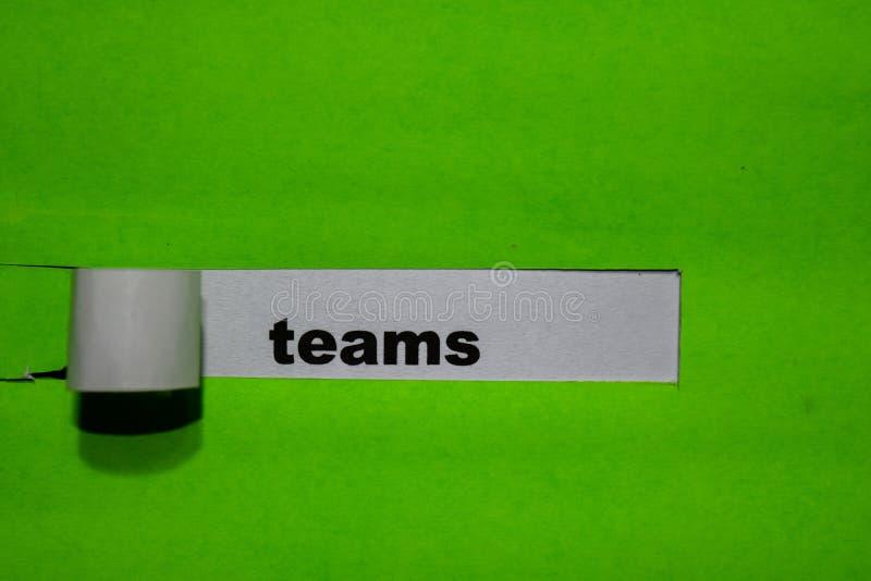 Conceito das equipes, da inspiração e do negócio no papel rasgado verde foto de stock royalty free