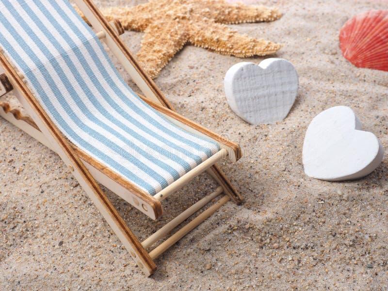 Conceito das férias com deckchair e estrela do mar foto de stock