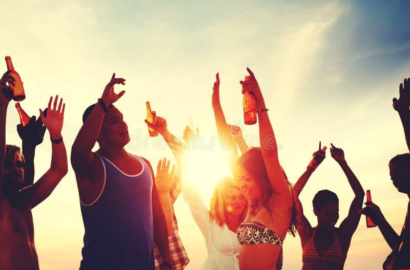 Conceito das férias das férias de verão do partido da praia dos povos imagem de stock
