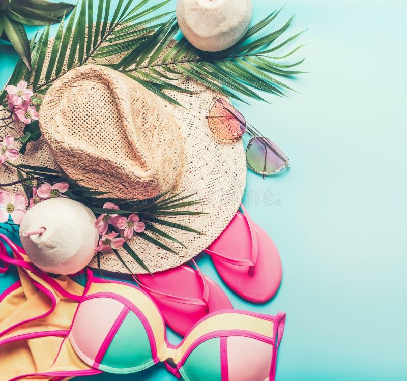 Conceito das férias de verão Acessórios da praia: chapéu de palha, folhas de palmeira, vidros de sol, falhanços de aleta cor-de-r foto de stock royalty free