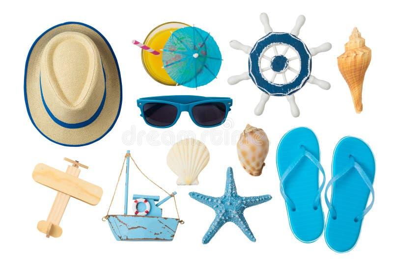 Conceito das férias das férias de verão com os acessórios da praia e do curso isolados no fundo branco fotografia de stock royalty free