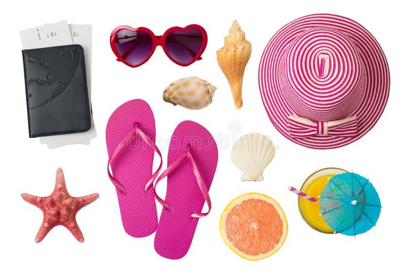 Conceito das férias das férias de verão com os acessórios da praia e do curso isolados no fundo branco imagem de stock royalty free