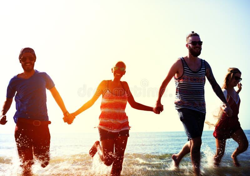 Conceito das férias de verão da praia da liberdade da amizade imagens de stock royalty free
