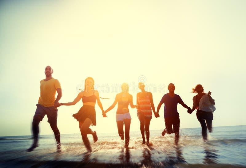 Conceito das férias de verão da praia da liberdade da amizade fotos de stock royalty free