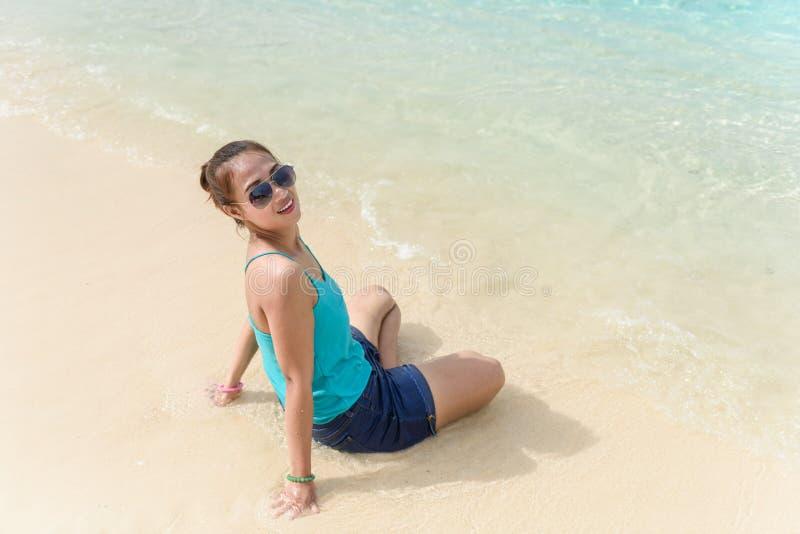Conceito das férias de verão, dos feriados, do gesto, do curso e dos povos - imagens de stock royalty free