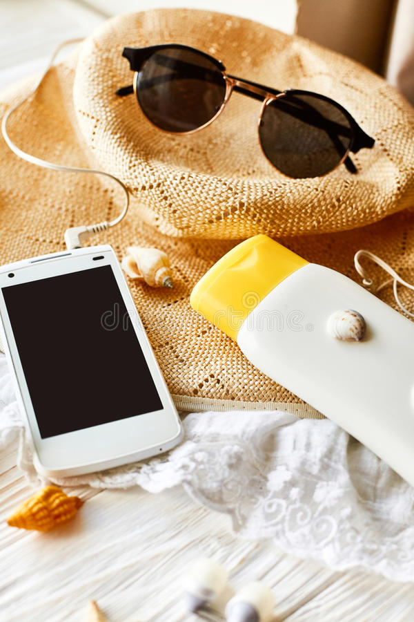 Conceito das férias do curso do verão, espaço para o texto telefone com vazio fotos de stock